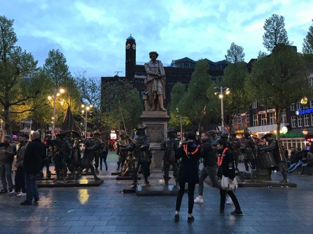Rembrandtplein a Amsterdam con le statue della Veglia di Notte nel King's Day