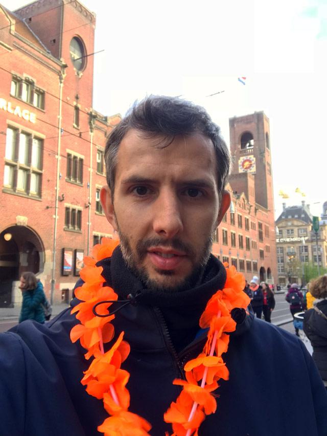 Simone Colombo Srake con una corona di fiori arancioni per il King's Day a Amsterdam