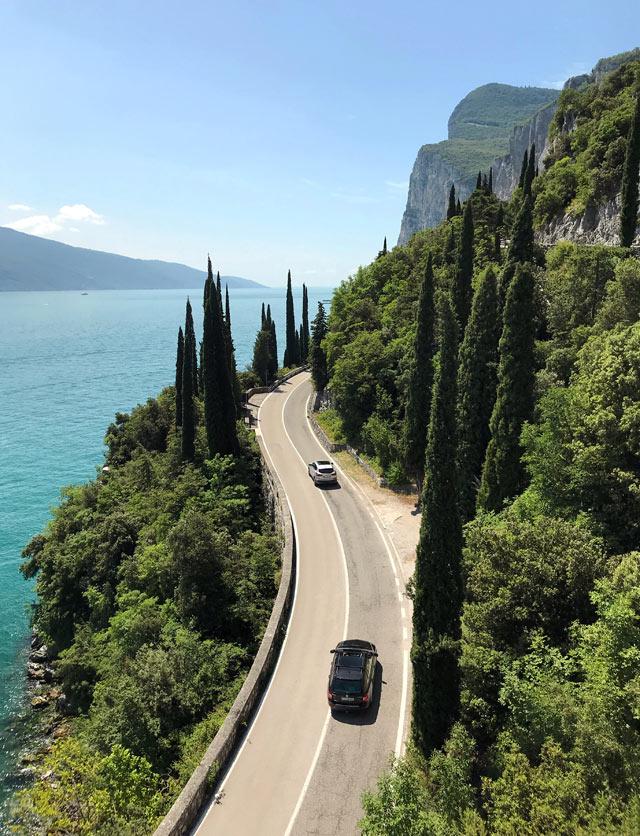 Cipressi, viola delle buganvillee e l'azzurro delle acque: questi sono i colori del Lago di Garda