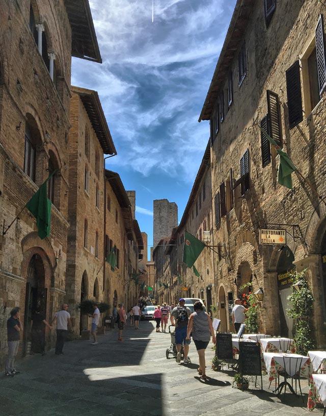Via San Matteo a San Gimignano è piena di negozi tipici e vita