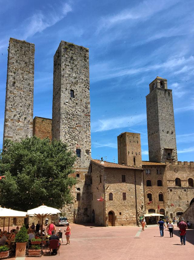San Gimignano è famosa per le sue case-torri, palazzi abitati dall'aristocrazia mercantile e finanziaria