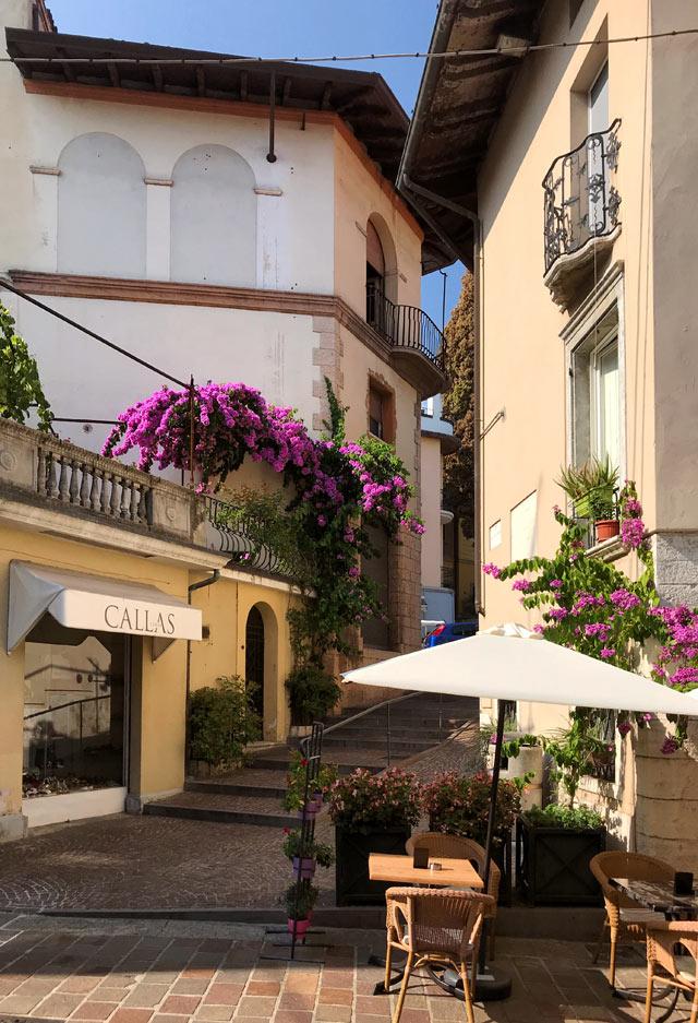 A Gardone Riviera bisogna vedere lo splendido Lungolago D'Annunzio