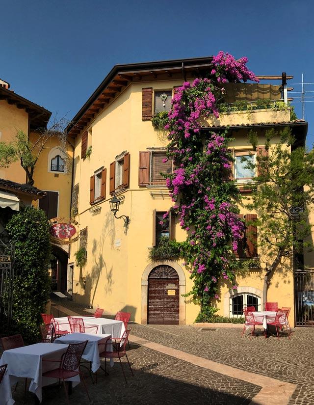 Gardone Riviera ha nel borgo in alto piazze graziose da vedere e fotografare