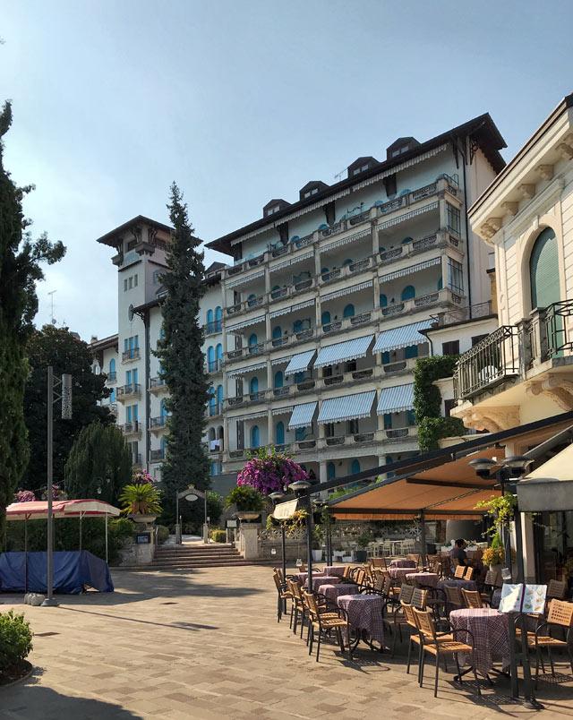 L'Hotel Savoy Palace si trova sull'elegante Lungolago D'Annunzio a Gardone Riviera