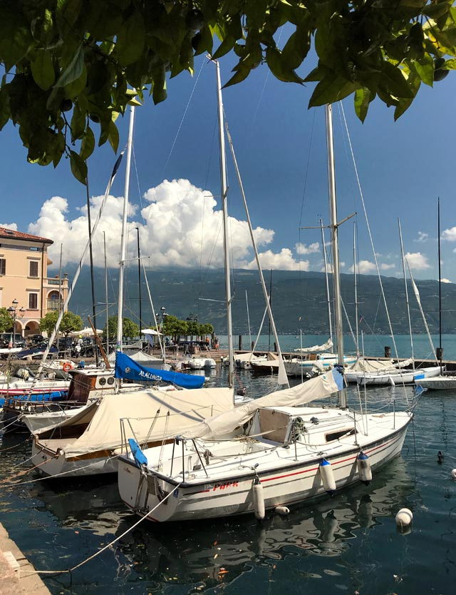 Il porto di Gargano è il cuore di questo colorato e fantastico paese sul Lago di Garda