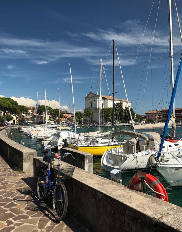 Il lungolago di Maderno a Toscolano Maderno abbraccia l'insenatura naturale del Lago di Garda