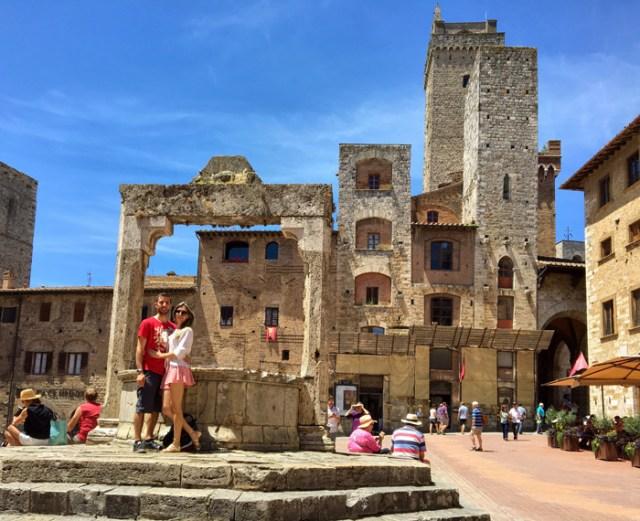 Piazza della Cisterna è una piazza da vedere a San Gimignano in Toscana