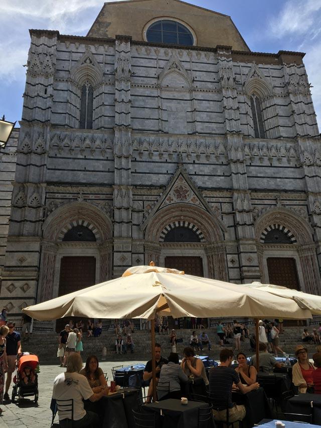 Il Battistero di Siena si trova nella vivace Piazza San Giovanni