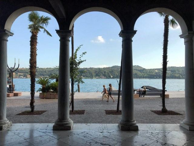 Il Palazzo della Magnifica Patria di Salò ha una loggia che guarda il Lago di Garda