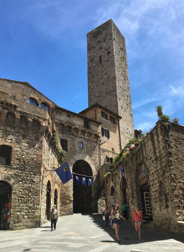 San Gimignano è il borgo della Toscana famoso per le sue torri medievali