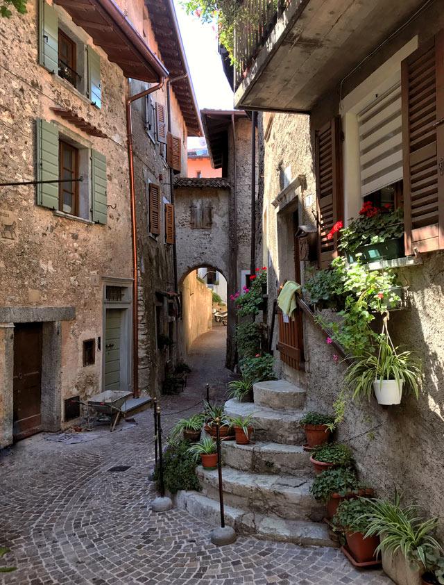 La scala tonda è il simbolo di Tremosine, uno dei borghi più belli d'Italia