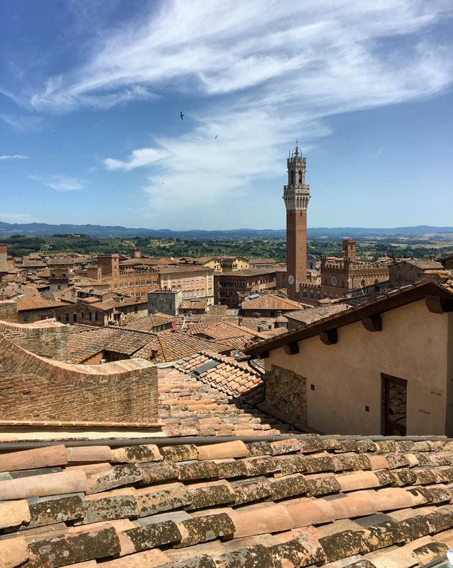 Dalla Porta del Cielo del Duomo di Siena si ha una gran vista sul Palazzo Pubblico