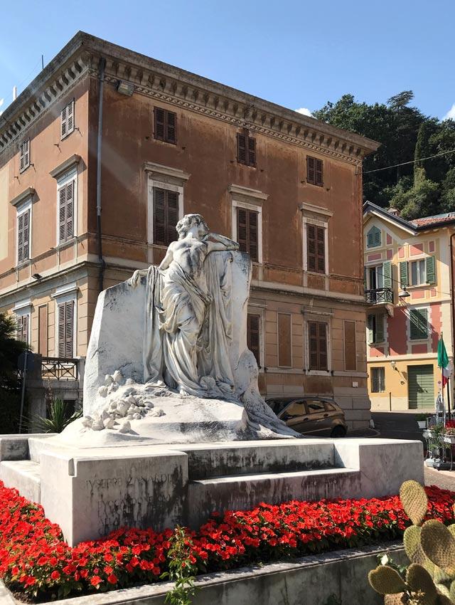 Il Monumento Bella Italia in onore di Giuseppe Zanardelli campeggia sul lungolago di Maderno