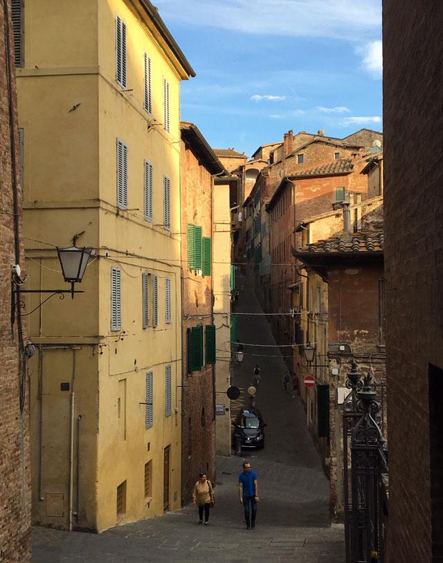 Le vie di Siena sono un sali-scendi dove domina il cotto toscano di case e tetti