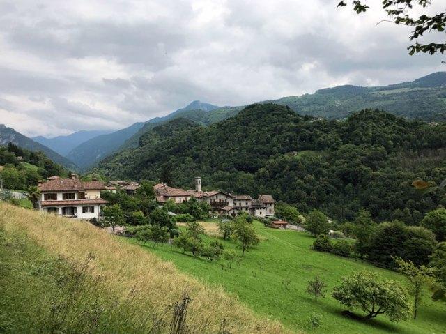 Oneta è un piccolo borgo della Valle Brembana, conservato come nel medioevo