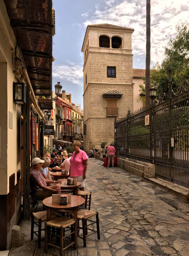 Cosa fare a Malaga? Girare tra le vie del centro storico con negozi pittoreschi e locali vivaci