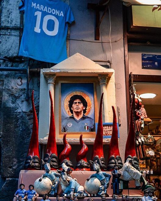 Ciro Pepoli (@ciropipoli) ritrae su Instagram i mille volti di Napoli tra cui Maradona