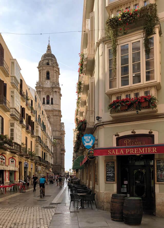 Malaga in Andalusia ha negozi pittoreschi e scorci incantevoli nel centro