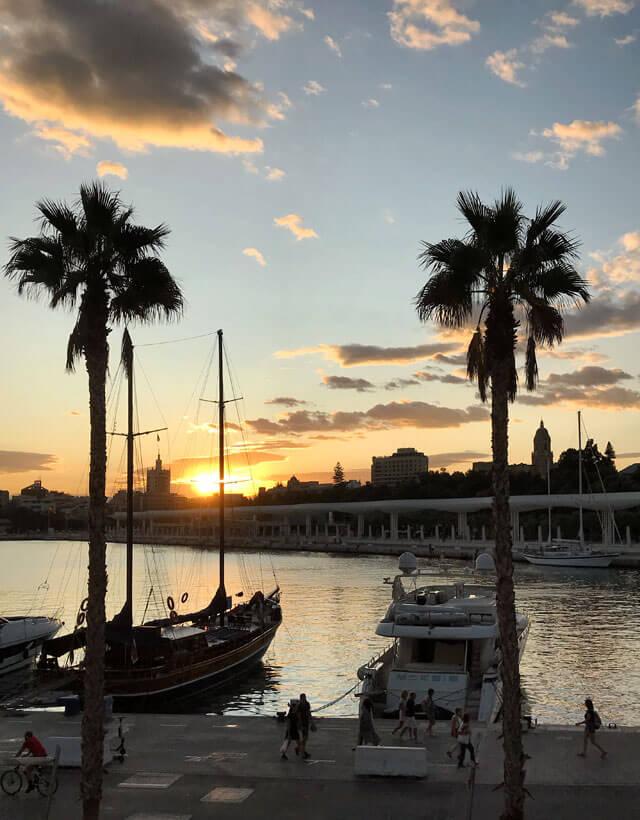 Dal porto di Malaga si può ammirare un tramonto romantico e indimenticabile