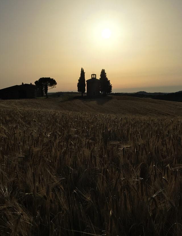 La Cappella della Madonna della Vitaleta è il simbolo della Val d'Orcia e della Toscana intera