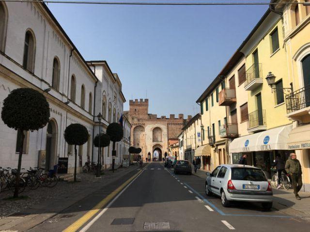 Il centro di Cittadella è tranquillo, con bei negozi e strade perpendicolari