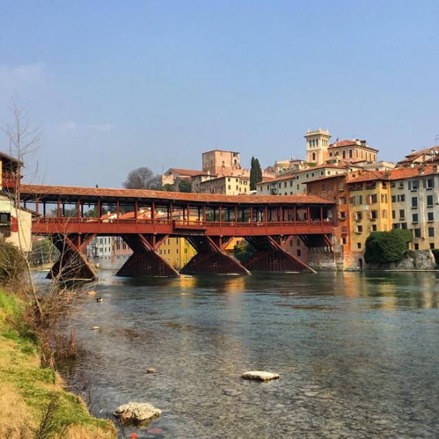 Il Ponte degli Alpini è il simbolo di Bassano: perfetto per una gita fuori porta in Veneto