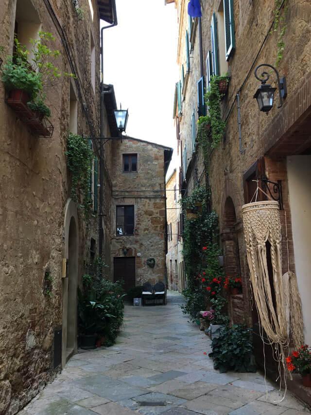 Pienza in Toscana è da vistare solo per vedere le vie pittoresche con case e fiori