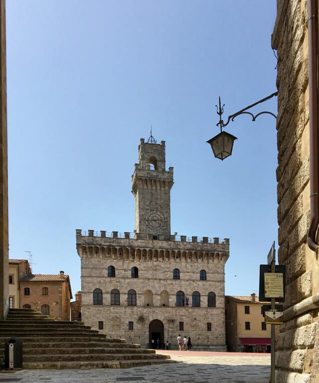 A Montepulciano devi vedere la Piazza Grande con gli edifici rinascimentali come il Palazzo Comunale