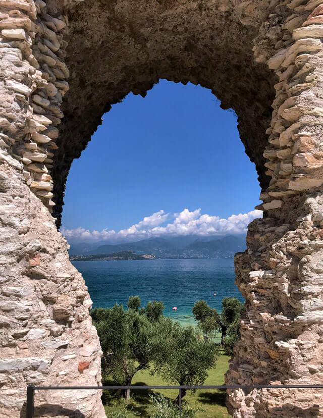 grotte-di-catullo-sirmione-lago-di-garda-arco-in-mattoni-villa-romana-piu-bella-del-nord-italia