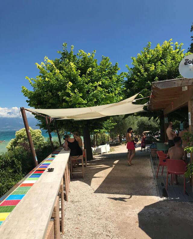 amaica Beach è l'attrazione di Sirmione in estate: ha pure un bar per mangiare e rinfrescarsi