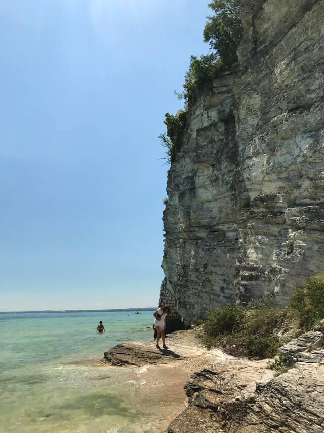 Come raggiungere la Jamaica Beach a Sirmione? Il sentiero o il passaggio nel lago