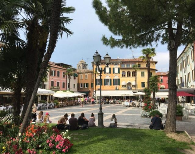 Piazza Giosuè Carducci si trova nel bellissimo centro storico di Sirmione sul Lago di Garda