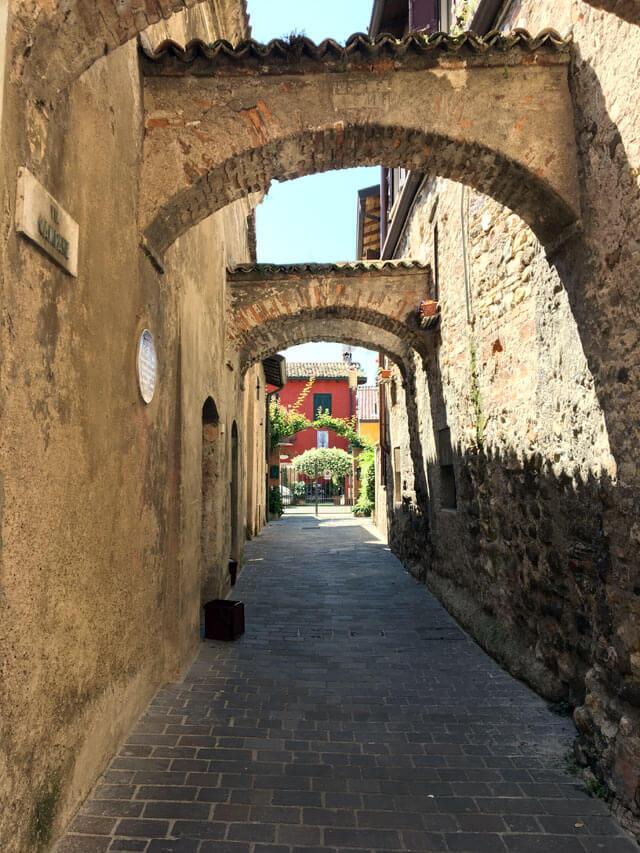 Sirmione sul Lago di Garda è da vedere: ha un centro storico affascinante!