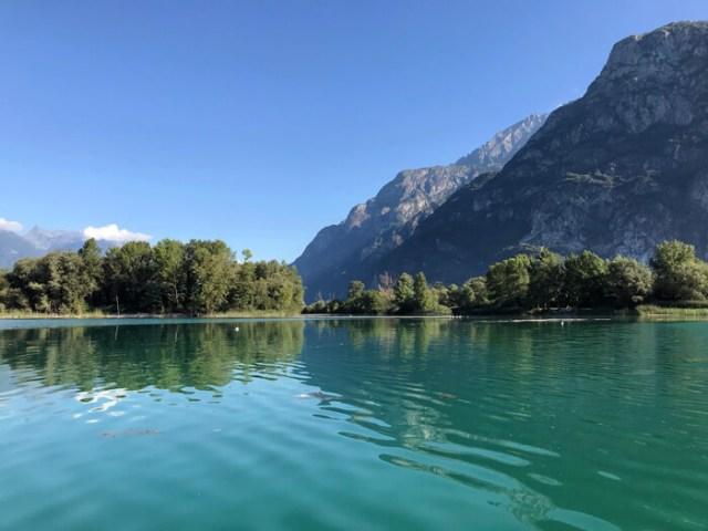 Il kayak sul lago di Mezzola è una delle cose da fare in Valchiavenna in Lombardi