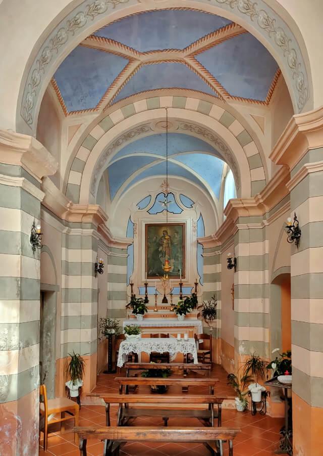 Cadignano è una delle 18 frazioni di Tremosine e ha una graziosa chiesetta