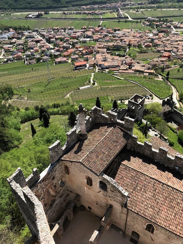 Dal mastio del Castello di Avio hai un panorama mozzafiato!