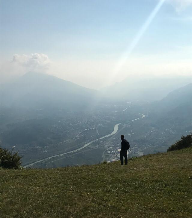Vicino alla Malga Cimana c'è un belvedere con vista sulla valle dell'Adige