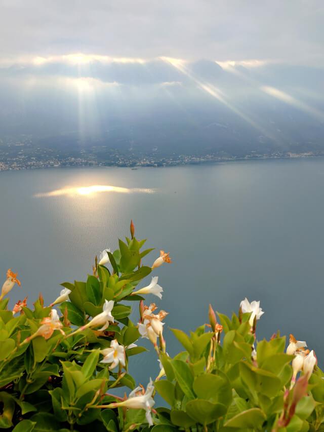 Sole filtra tra le nuvole sul Lago di Garda visto da Pieve di Tremosine