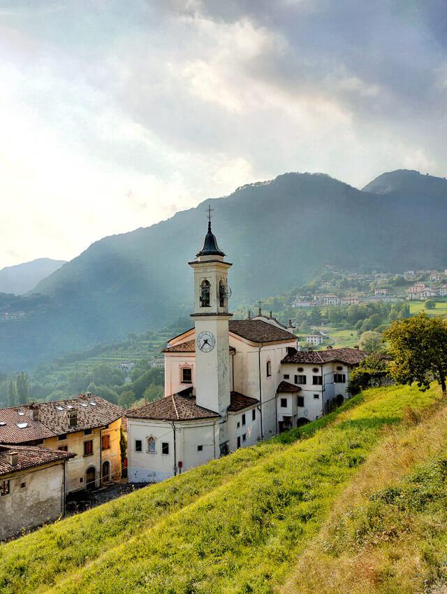 La chiesa di San Bartolomeo è da vedere a Vesio a Tremosine