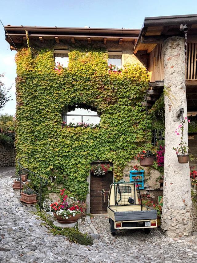 Una casa piena di fiori è il simbolo di Villa di Tremosine