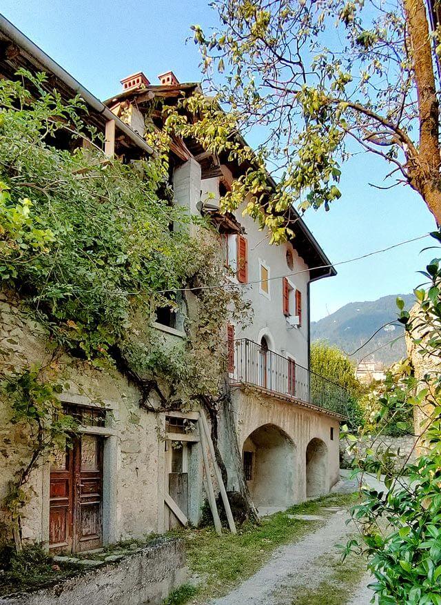 Villa è una frazione di Tremosine dal carattere rustico