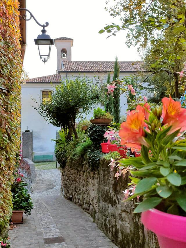 Villa di Tremosine ha una pittoresca casa circondata da edera e fiori