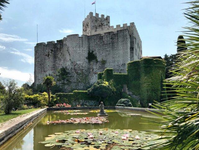 Il Castello di Duino ha un parco mediterraneo con una vasca di ninfee