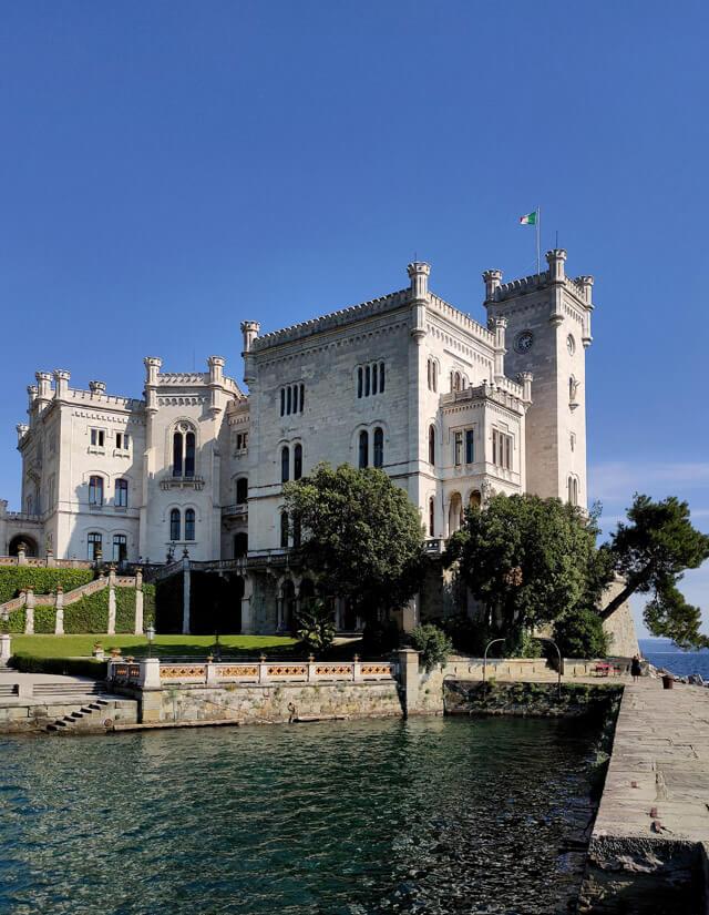Il castello di Miramare è da vedere a Trieste: è uno dei castelli più belli d'Italia