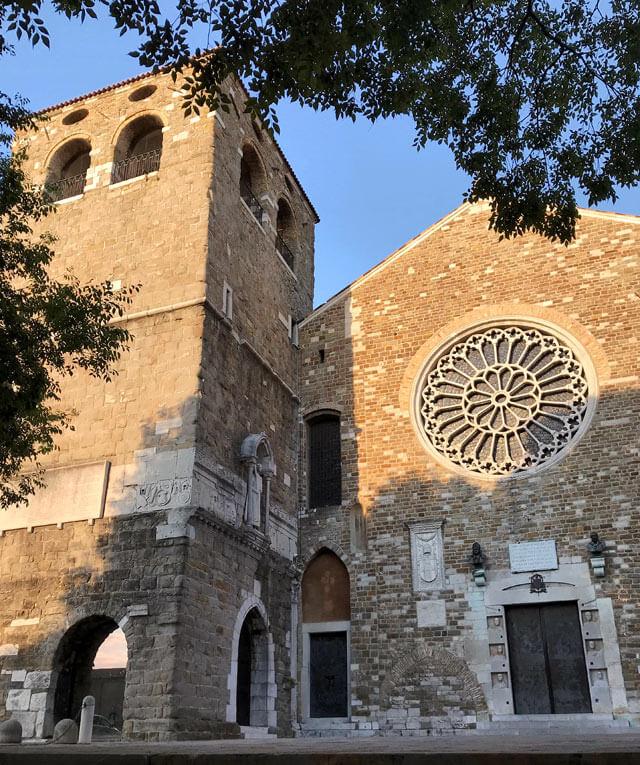 La Cattedrale di San Giusto di Trieste ha un grande rosone gotico