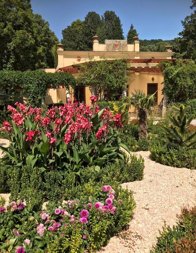 Il Parco di Miramare circonda il castello con bellezze della natura