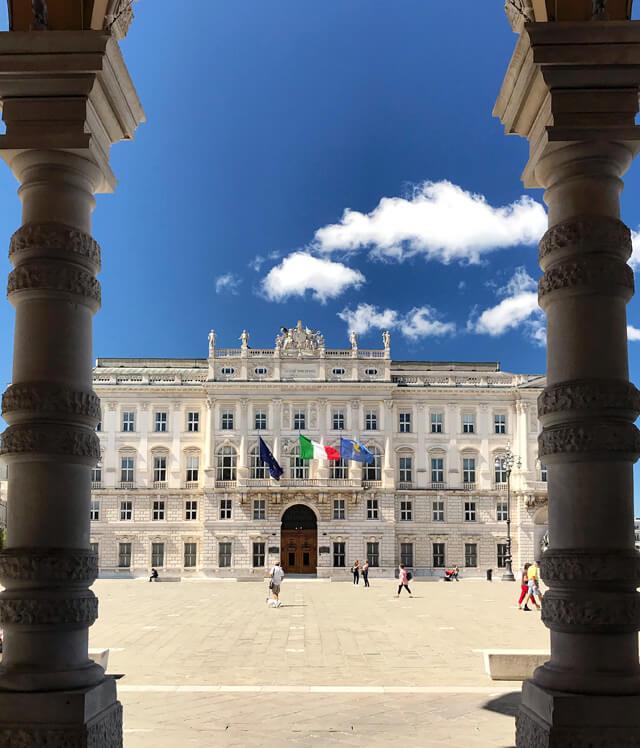 Piazza Unità d'Italia è la meraviglia di Trieste: i palazzi sono magnifici!