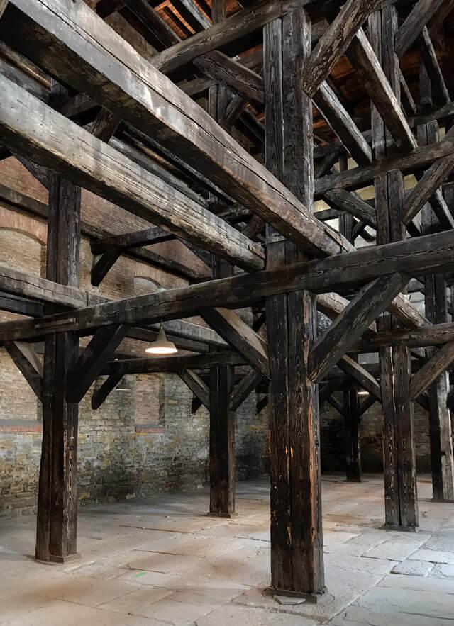 La sala delle croci sta nella Risiera di San Sabba a Trieste