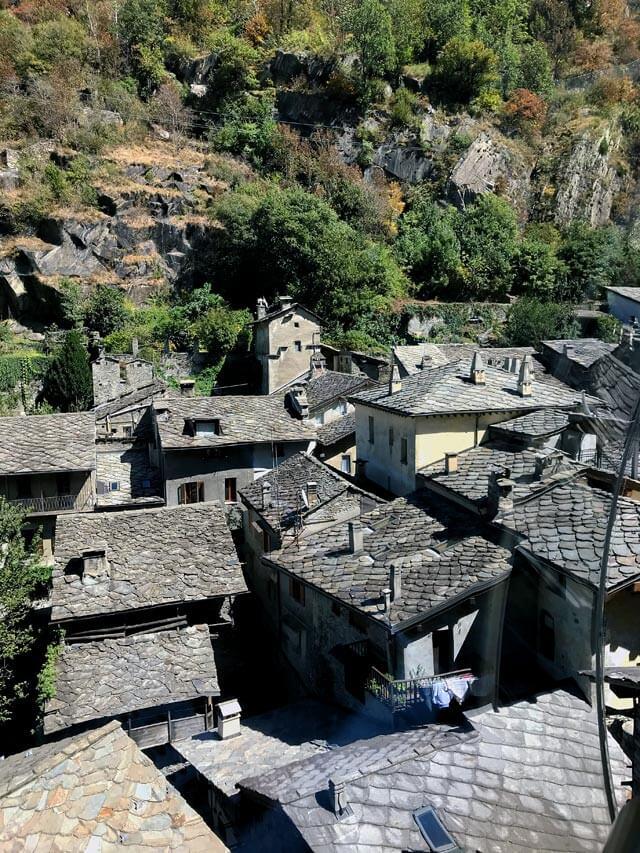 Il Forte di Bard svetta sopra ai tetti di ardesia del borgo di Bard
