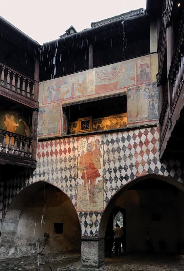 Il Castello di Fénis ha stupendi affreschi del '400 come San Cristoforo